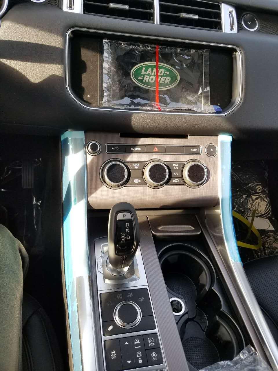 内饰方面: 路虎揽胜运动柴油版中控台分工明确,也没有过多的按键,熟悉后便很好上手。首次配备 双画面技术的7英寸触摸屏,可满足前排乘客不同的观影需求,同时还能实现DVD影视与导航系统同步 显示。路虎揽胜运动新设计的方向盘比老款的方向盘要简洁不少,真皮和实木的融合大幅度提高了豪华程度。实用性很强,电动调节、方向盘加热、蓝牙、音响控制和定速巡航集成的按钮操作起来也非常的方便,还加入了换挡拨片。强大的娱乐系统与宽敞的空间,完全满足乘坐者对舒适的需求。   贵宾热线:15822113032 张经理 (同微信)