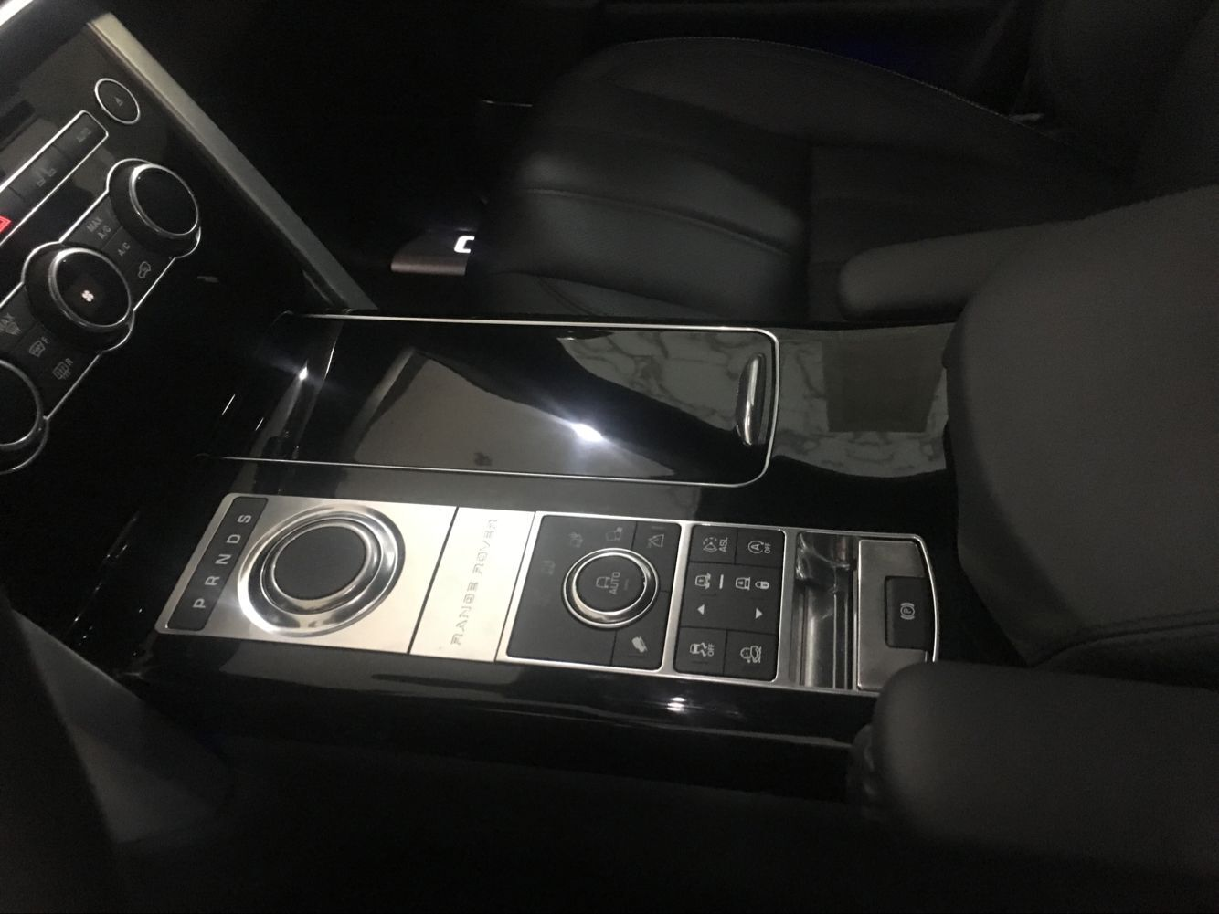 外观方面:路虎揽胜创世是一款真正的顶级奢华全方位运动型SUV,路虎揽胜行政创世加长欧规版新车外观都是简约直线条,整体造型硬朗大气,符合其大型SUV的身份定位。路虎揽胜前脸看起来更加方正硬朗,三横幅式前进气格栅、全新设计的前大灯和保险杠使得 全新揽胜更具力量感。引擎盖与翼子板下的空隙联通至车侧进气口与高耸的轮眉配合肌肉感十足。保险杠两侧有明显的凸起,搭配重新设计的极为锐利的大灯线条。奔放的运动感,冲劲十足。路虎揽胜创世气韵流畅,极富表现力,前后LED灯流畅得融入车身肩部,呈现出最新揽胜家族所独有 的锥形光刀