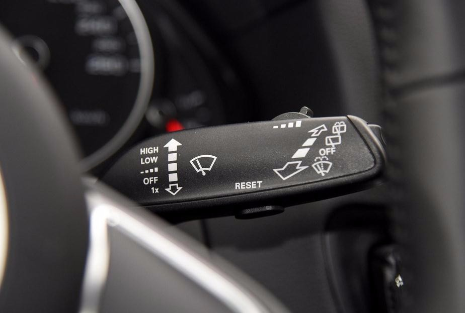 2017款新奥迪q5的中控台造型和外观的设计风格保持统