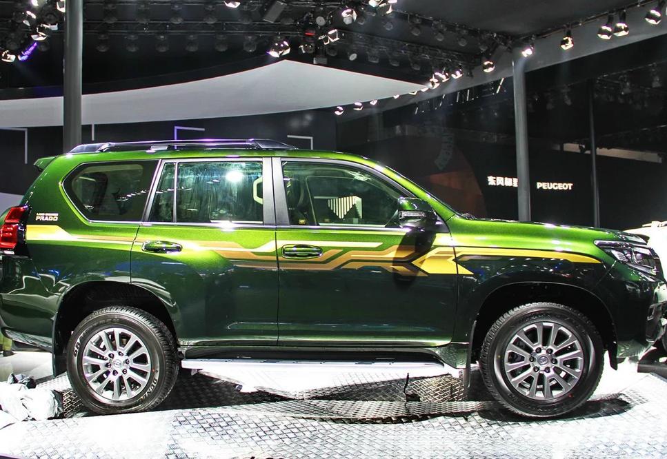 18款丰田霸道4000VX顶配整体设计风,不刻意追求高档,但人性化的布局和并不粗糙的做工给人很强烈的亲切感。外观越野车范儿更浓,前脸看上去更加凶猛。外凸的大灯和更为粗壮的格栅突出了这款中大型SUV的野性。2018款进口丰田霸道4000中东版普拉多使用的是邓禄普专为其打造的AT20轮胎,与普拉多十分般配。而265/65 R18尺寸的轮胎,保证了它的越野性能。