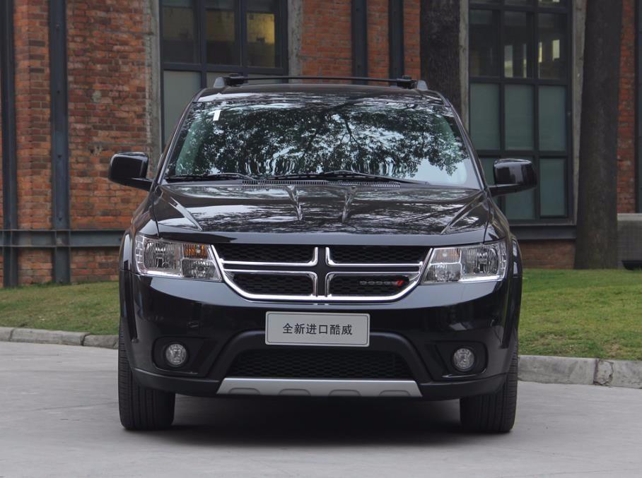 【进口道奇酷威年中优惠低价大促销 美系7座家用SUV典范】道奇酷威提供了两款动力系统选择。其中,2.4L DOHC DVVT自然吸气发动机两驱版,最大功率125kW(170Ps),最大扭矩220Nm;2.0TD涡轮增压柴油发动机四驱版,最大功率125kW(170Ps),最大扭矩350Nm。传动系统均匹配的是6速手自一体变速箱。    全新道奇酷威车身侧面线条令人一眼便知这是道奇酷威,主要是与上一代并没有明显变化,只是感觉侧面的腰身显得更为简洁。刀劈斧砍般的腰线以及轮眉,以其几何形的装饰效果道奇酷威优