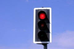红灯亮能不能右转?不想吃罚单就记住了!