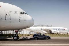 跟战斗机比速度OUT了!拖得动A380才牛