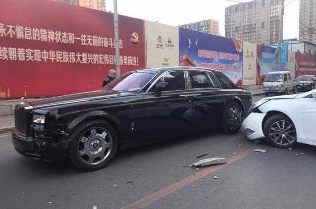 千万劳斯莱斯街头被撞 车主下车就一句话
