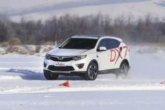冰雪路面驾驶时,如果失控了该怎么处理?