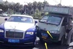两车相撞,五菱车上印有一个标志,却吓坏了420万的劳斯莱斯车主