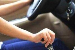 别再傻傻用D档一直开车,自动挡汽车这样开,比平常要省一半油