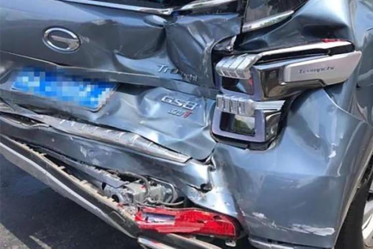 传祺GS8急刹被大巴追尾,那暴露的后保险杠让车主很是满意
