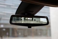 从这款豪华中型SUV的后视镜中能看到什么?