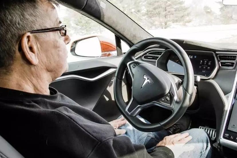 【汽车人】特斯拉要自制AI芯片,马斯克又给自己挖了新坑?