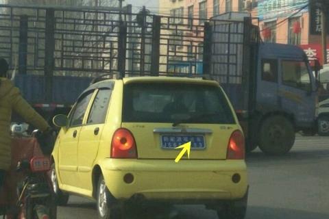 奇瑞QQ冒充观光车,直行不看红绿灯,大货车不让路,奇瑞只好停车