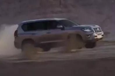 视频丨2018丰田陆地巡洋舰普拉多,越野SUV翻山越岭的完美性能展示