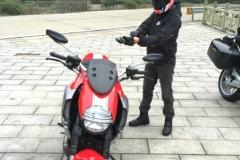 卡宴车主花30万买辆摩托车,身高165的男人骑行表示毫无压力