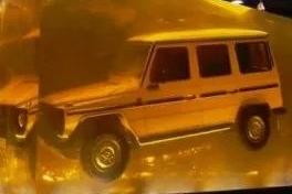 为宣传新款奔驰G级,奔驰将1979诞生的第一代大G制成琥珀!