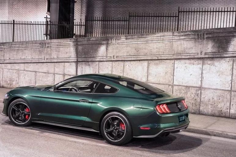 这是一辆八缸的、复古的、绿色的、真正的野马