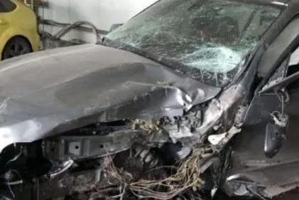 """【车祸】维修技师""""飙车"""",百万豪车被撞成一推铁。"""