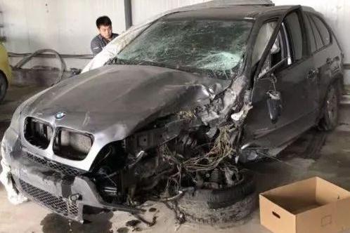 """「用车」维修技师试驾""""飙车""""出车祸,百万豪车被撞毁"""