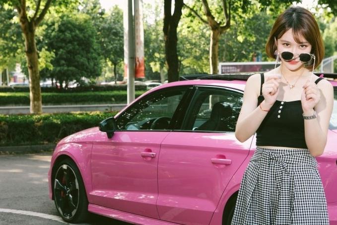 辣妹遇上好色之徒,楠姐试驾奥迪最小钢炮RS3