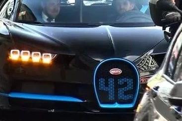 路上看到一台跑车感觉很特别,懂车网友:能买前面的奔驰20台