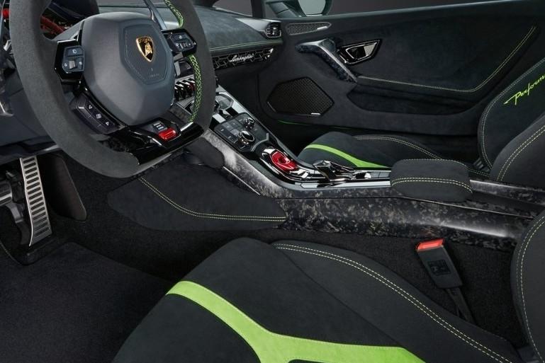 它和碳纤维可以并称为性能车的两大象征