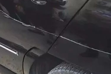 【奇葩】划伤豪车后留字条 小伙不赔钱反而要讨5万元