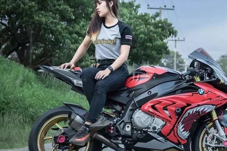 「摩托」没想到这台S1000RR是她的,我想我是爱上这位小姐姐了