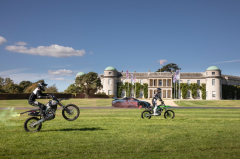 迈凯伦塞纳与三辆越野摩托车于古德伍德山顶上演史诗对决