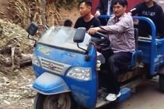 大衣哥买车了,因买廉价车型,被村里人说三道四,做人不容易