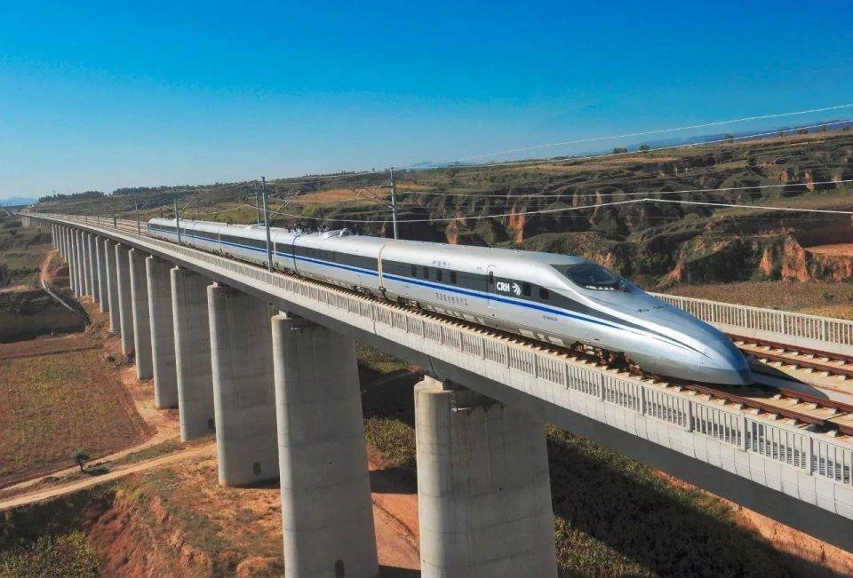 最高时速241km/h!但为何马斯克的地下隧道依旧不能对抗高铁?