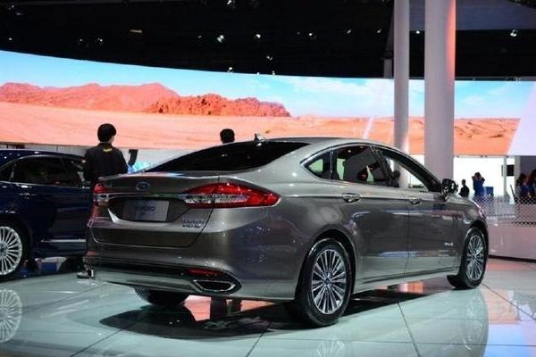这款B级车,轴距超过2.8米,16万公里电池质保,油耗仅为2升
