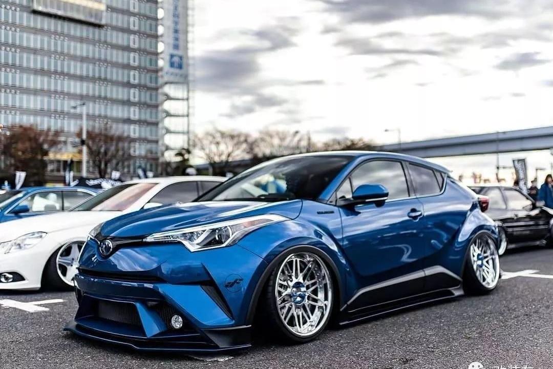 丰田C-HR改装中出排气,帅气的轮毂是姿态玩家的毒物!