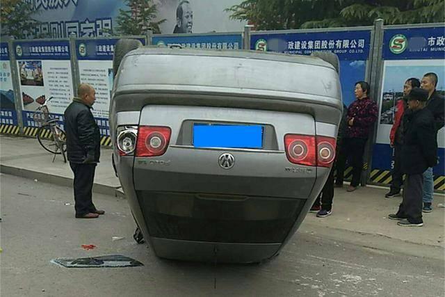 大众POLO四脚朝天翻在路边上,车辆的安全性,让路人产生质疑