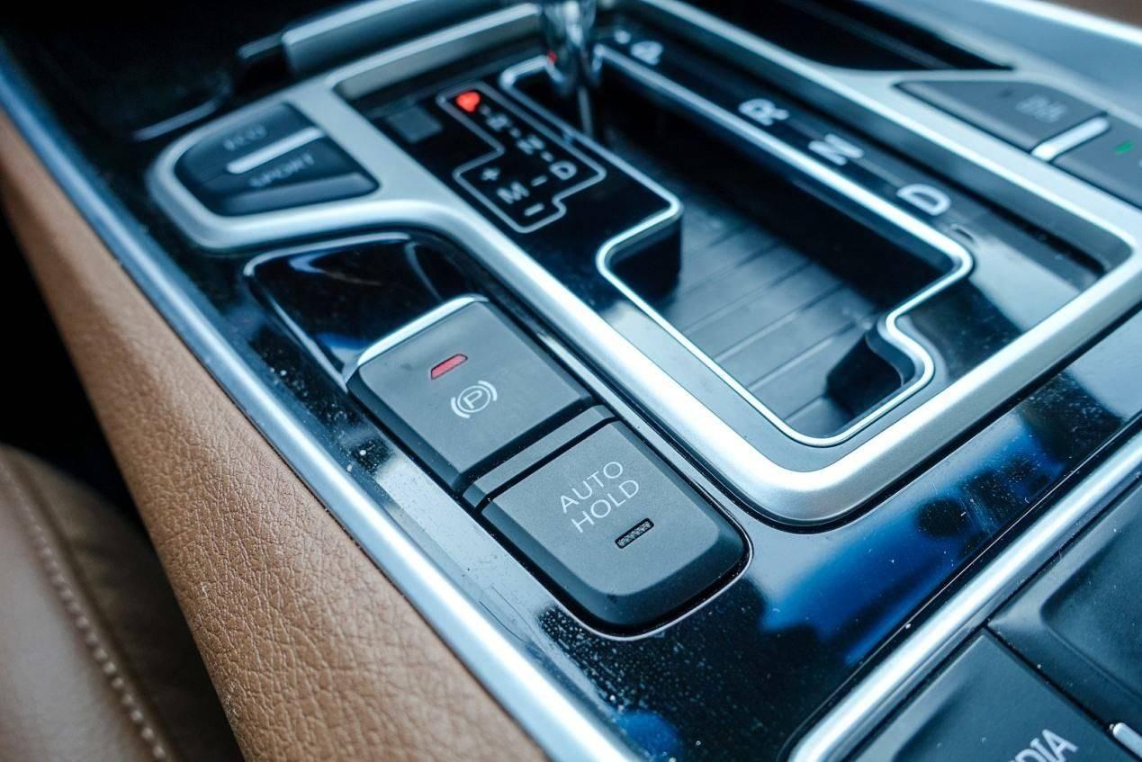 电子手刹成标配,如果高速行驶不小心触碰到它,是否会车毁人亡