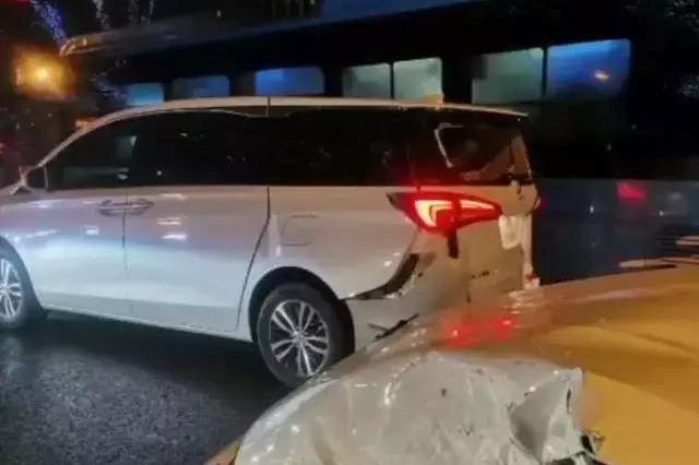 蔚来市区飙100km/h、宝马M4翻车!试驾车也不能随意飚