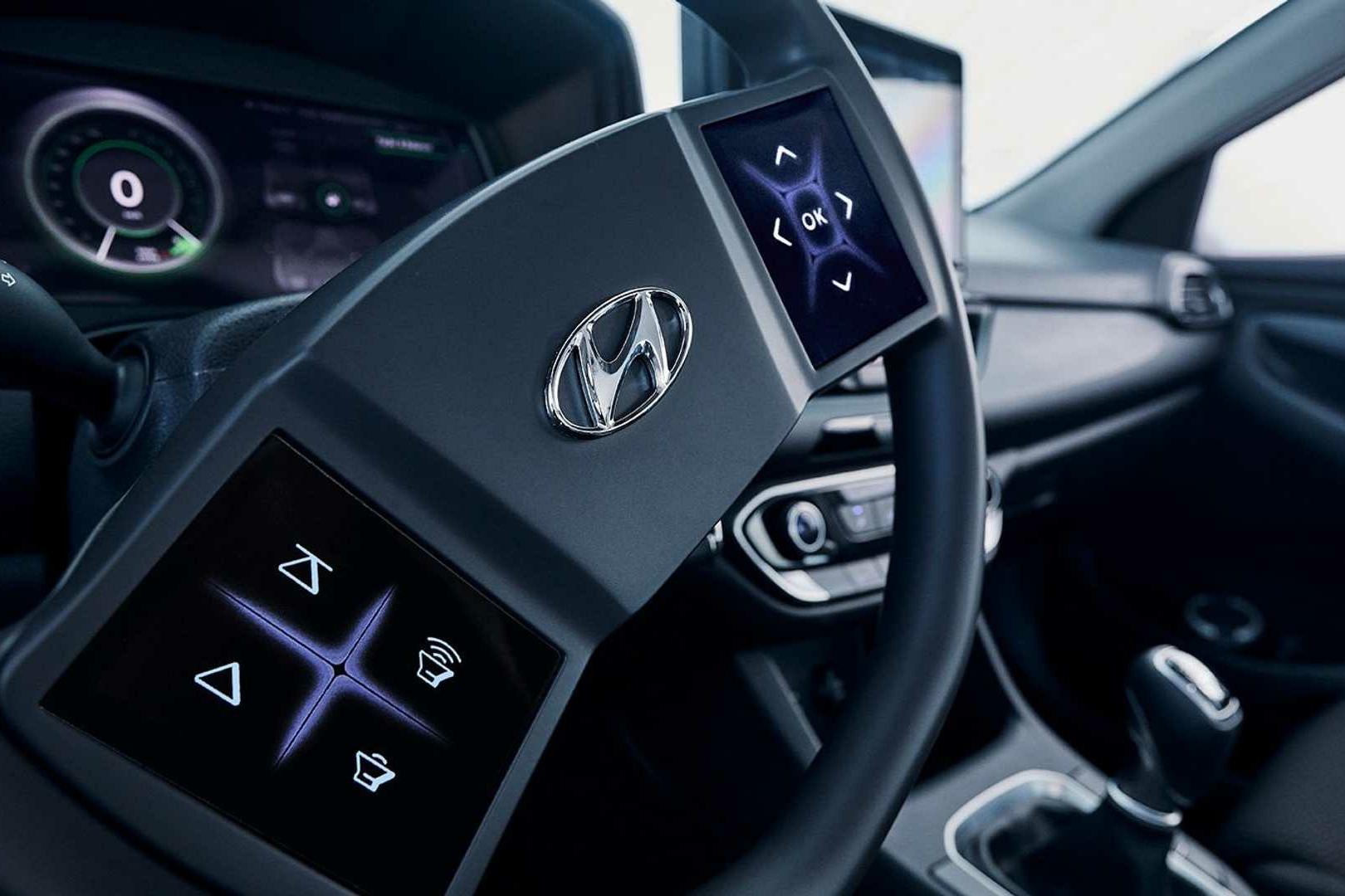 方向盘上也有屏幕? 现代汽车认为触屏式的方向盘很不错 你觉得呢?