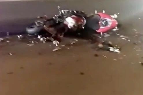 哈尔滨:汽车于摩托车聚众非法飙车导致摩托车追尾致一死一伤
