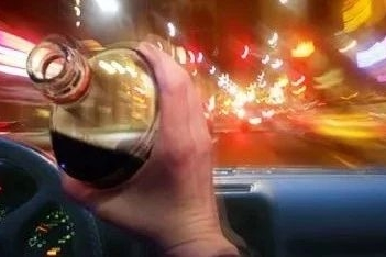 喝酒不能开车大家都知道 但小心被色诱上当!