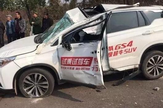 四川省南充4S店试驾传祺GS4撞电杆上,销售人员当场死亡
