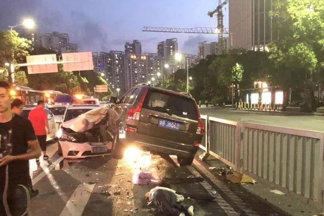开车冲撞行人致3死 车主居然淡定抽烟?