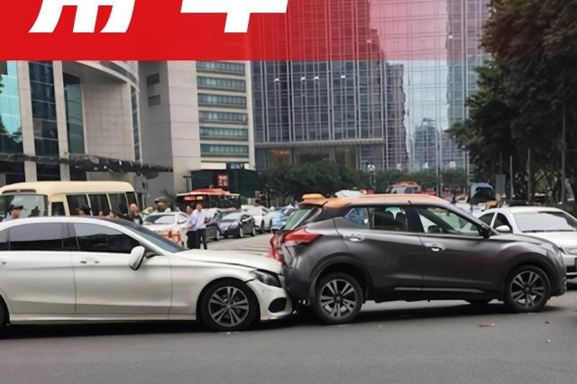 女司机等红灯误操作撞伤13人,如果知道这些就能避免悲剧!