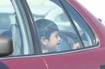 6.1关爱儿童,孩子被反锁在车里 那该怎么办?
