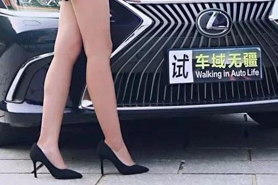 试驾爆款豪车:没想到在长腿小姐姐的眼中,雷克萨斯ES是这样子的