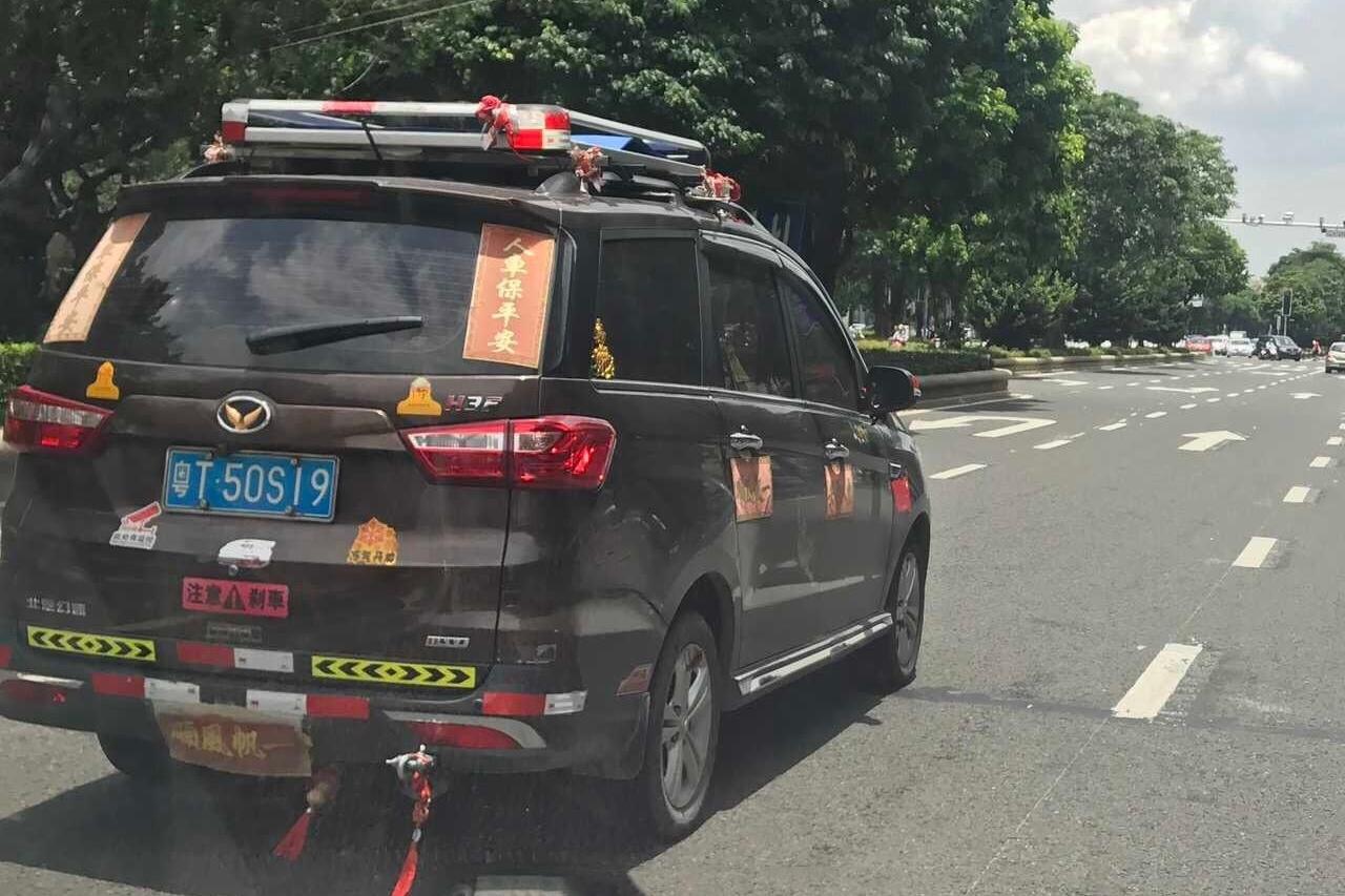 这辆车贴满车贴,网友:你的车中风了?车贴你不知道的事都在这儿