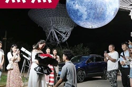 """把""""月亮""""装进车里?这辆""""造月求婚车""""为何能抱得美人归  """