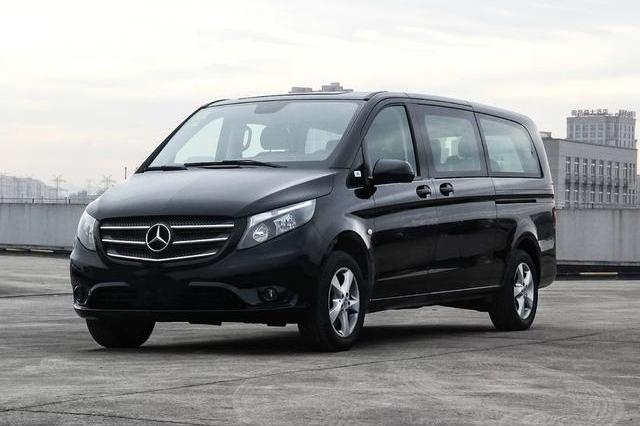这车比GL8有面儿又实用,29万就是奔驰车标,座椅数量高达9个