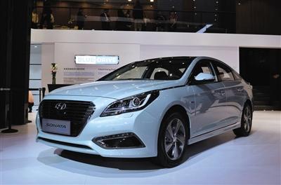 第九代索纳塔混动版是北京现代布局新能源市场的首款产品,与同级别竞品相比,这款车仅需9.5秒的百公里加速时间,带来新能源车型中少有的提速体验,每百公里4.8L的综合油耗表现,有效降低用户使用成本。此外,第九代索纳塔混动版还能够在高速行驶中以纯电动模式驱动车辆,在动力性能得到保证的同时,有效控制油耗和减少二氧化碳气体排放。据悉,第九代索纳塔混动版将于今年第二季度正式上市。未来,北京现代还会根据消费者的需求方向,推出纯电动、插电式混动等新能源产品。