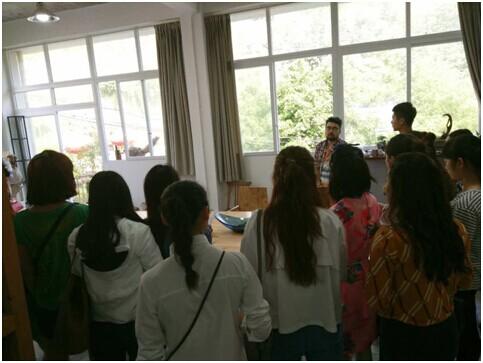 2013级视觉传达设计专业的师生们首先来到了重庆三峡