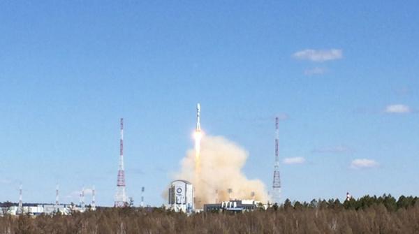 """东方航天发射场成功进行首次运载火箭发射。(网页截图) 国际在线专稿:据塔斯社4月28日报道,俄罗斯28日在东方航天发射场成功进行首次运载火箭发射。此次发射使用联盟2.1A运载火箭将AIST-2D航天器、罗蒙诺索夫科研卫星及SamSat-218纳米卫星送入预定轨道。报道称,俄罗斯总统普京在现场观看了发射过程。 这是在东方航天发射场发射""""联盟-2."""