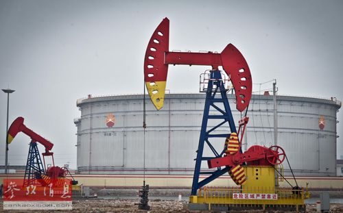 资料图:两台钻油机在滨海新区中石油原油储备库前运转