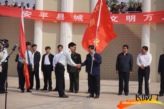 安平县领导将队旗授予护旗手。王成芳 摄